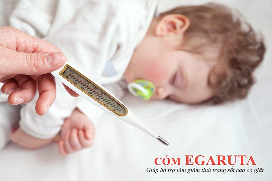 Sốt cao là một nguyên nhân khiến trẻ sơ sinh bị co giật chân tay